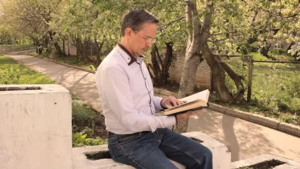 dospělý muž listoval stránkami knihy