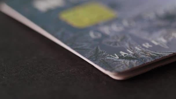 Kreditkarten liegen auf dem Tisch. Bargeldloses Bezahlen. Online-Shopping kaufen. Konsumverhalten Shopper Consumer