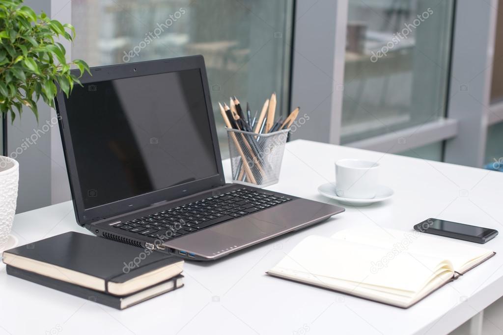 Buro Arbeitsplatz Mit Notebook Auf Holztisch Stockfoto C Nataali