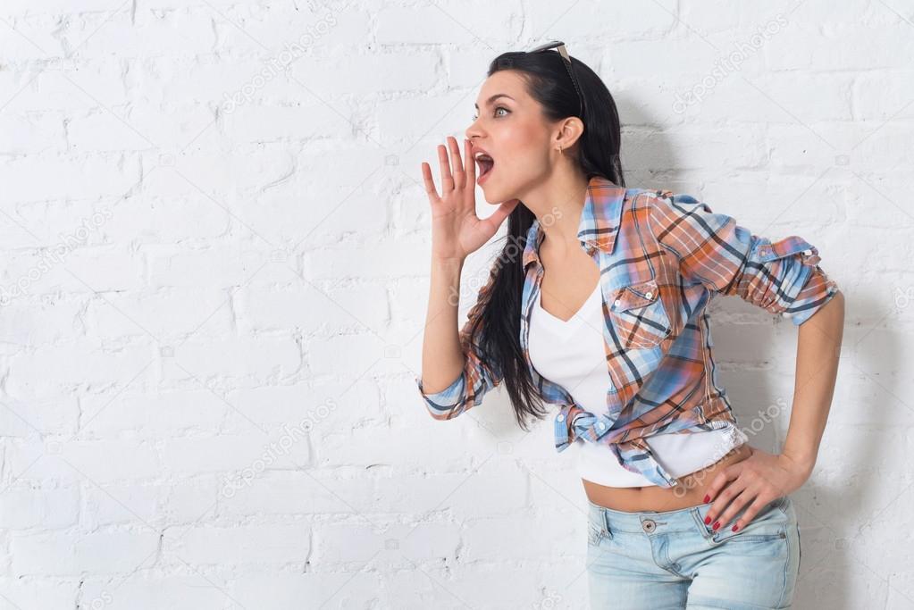 Девушка обслуживает мужчин ртом