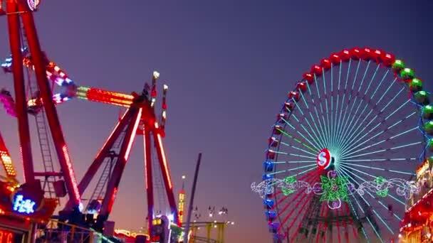 Freizeitpark bei Nacht
