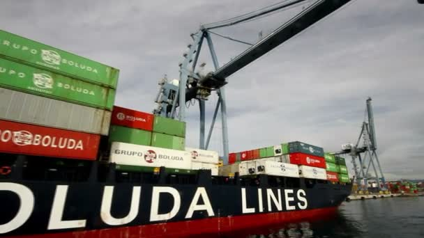 Kontejnery jeřáb kličkováním z lodi Beatriz B v přístavu Alicante, Španělsko