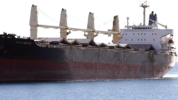 Timelapse Bull dopravce loď Jana Oiang pomáhal dvou remorkérů pro vstoupit do přístavu Alicante, Španělsko.
