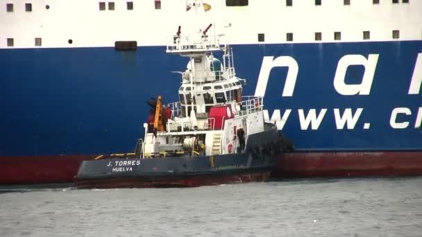 Spanyol vontatóhajó segít egy általános teherszállító hajó, dokkoló