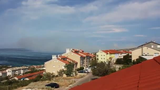 Velké mraky kouře z lesního požáru Novi Vinodolski Chorvatsko.