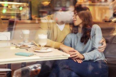 """Картина, постер, плакат, фотообои """"Симпатичные брюнетка любящая пара в уютных теплых свитерах на свидании"""", артикул 92653894"""