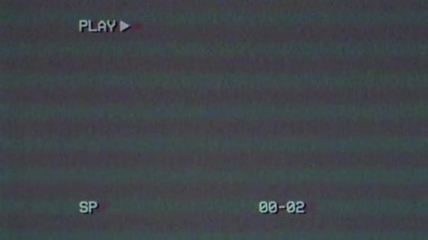 VHS hatás. Videó sérülés. Egy régi rossz videokazetta. Régi képernyő játék szöveggel és időkóddal. Régi tévé. Rossz interferencia. Retro 80-as, 90-es évek. Videokárosodás.