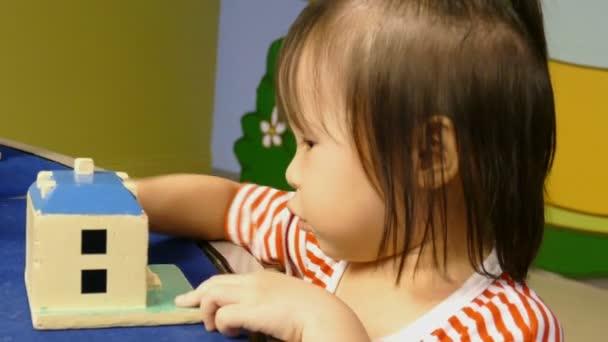 holka hraje hračky v dětském pokoji