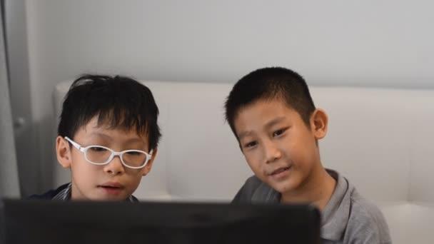 szórakozás gyerekeknek játék-ra egy laptop számítógép