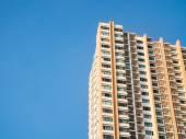 Fotografie Mehrfamilienhaus und blauen Himmel Hintergrund