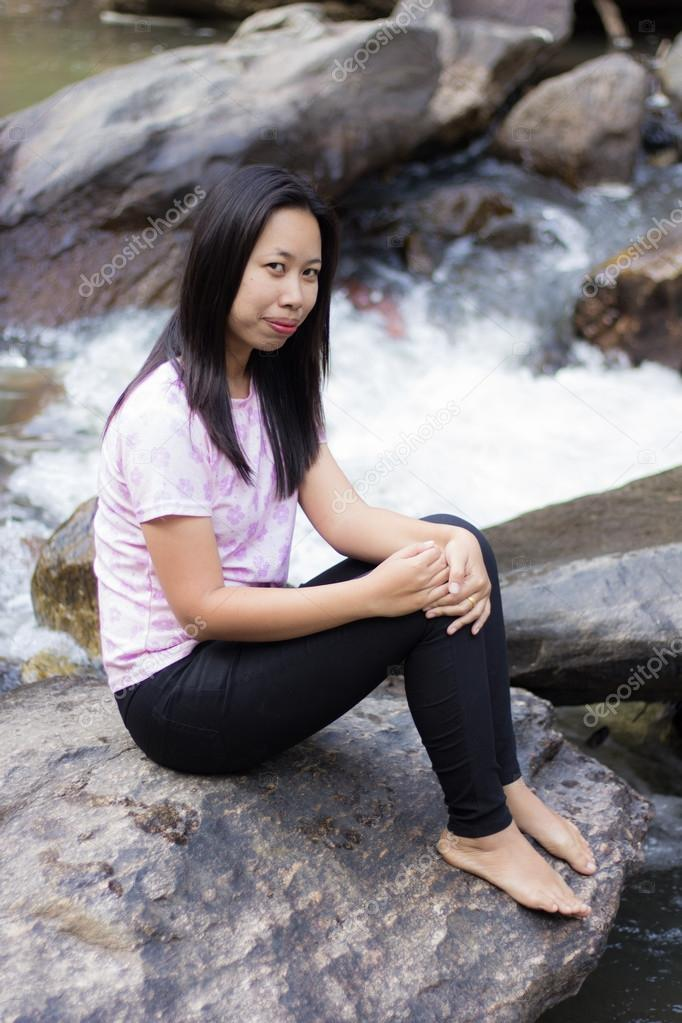 Femme Thailandaise Photos femme thaïlandaise avec une cascade de mae ya, chiang mai thaïlande
