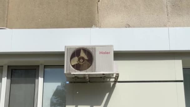 Chisinau, Moldawien - Juli 2020: Außeneinheit (rotierender Ventilator) der Klimaanlage an einer Wand eines Wohnkomplexes