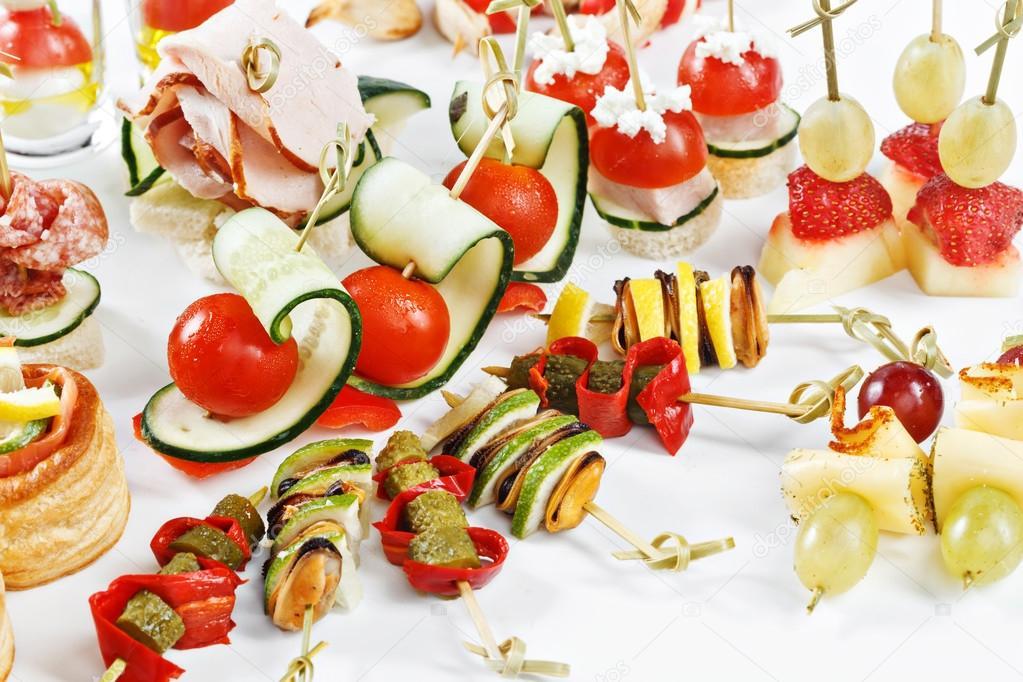 Close Up Set Von Kanapees Mit Gemüse Salami Fisch Fleisch Und