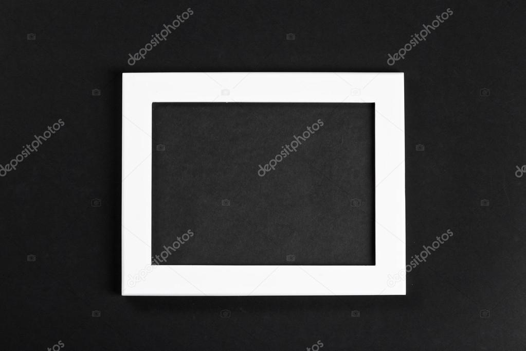 horizontale weiße Bilderrahmen mit schwarzem Feld auf schwarzem ...