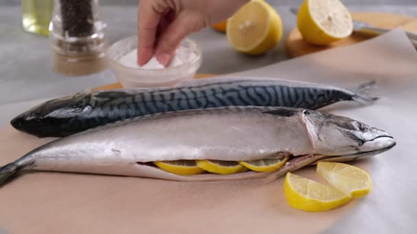 Vařím ryby. Kuchař syrovou čerstvou rybu posype solí. Příprava zdravého chutného jídla.
