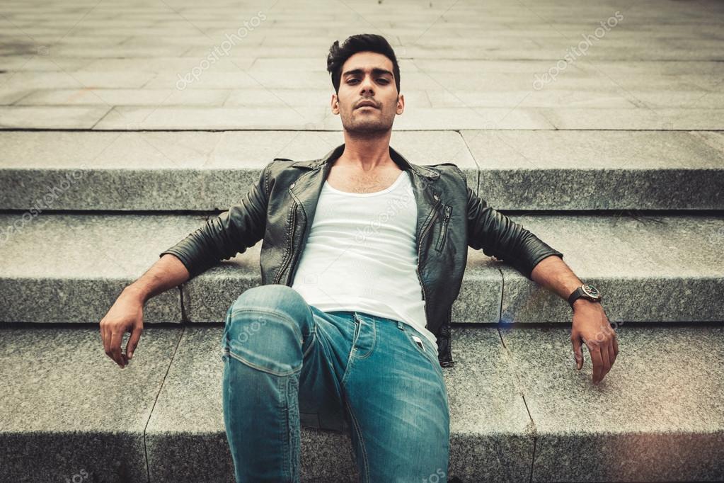 Bianco Shirt Pelle Jeans Uomo Moda Giacca Nel Alla Posa In Di E T XXt4p