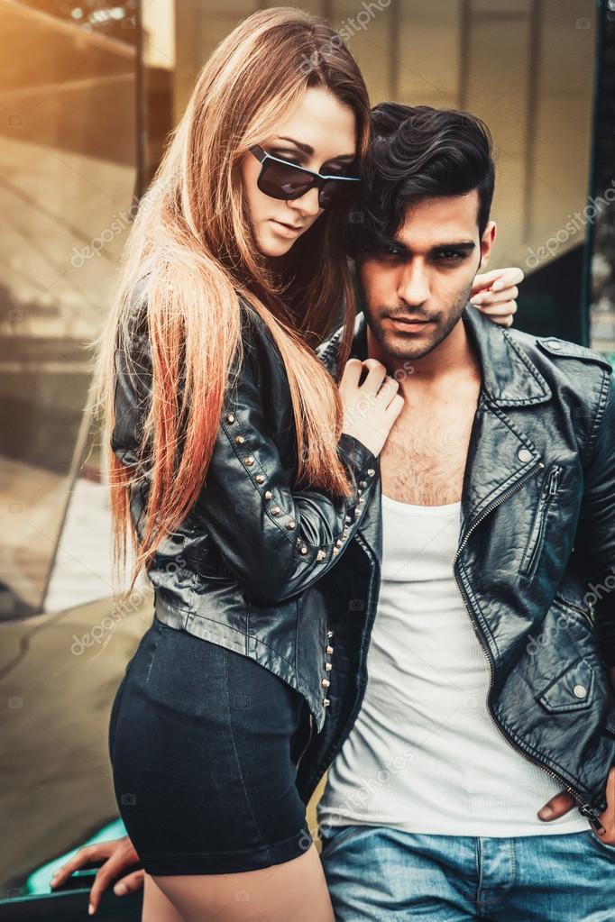 Jvenes moda modelos hombre y mujer son de la calle moderna estilo jvenes moda modelos hombre y mujer son de la calle moderna estilo de la manera altavistaventures Choice Image