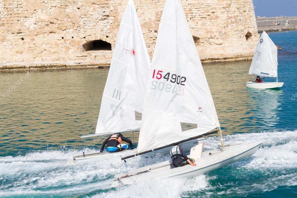 Yacht Naviguant Sur Un Voilier En Mer Photo Editoriale C Gpagomenos 101046140
