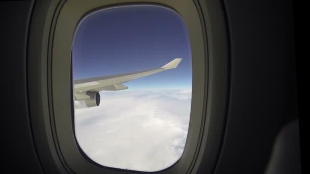 Flugzeugflügel und Blick auf den Himmel vom Fensterplatz