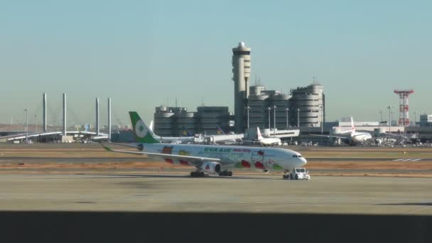 Japán - február 01: Eva Air Airbus 330 Hello Kitty sebesség Puff Jet gurulás a Narita repülőtéren