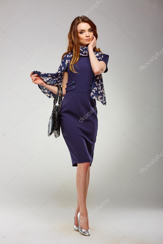 new product 05101 86f5c Bella ragazza in abiti eleganti e alla moda, camminando su ...