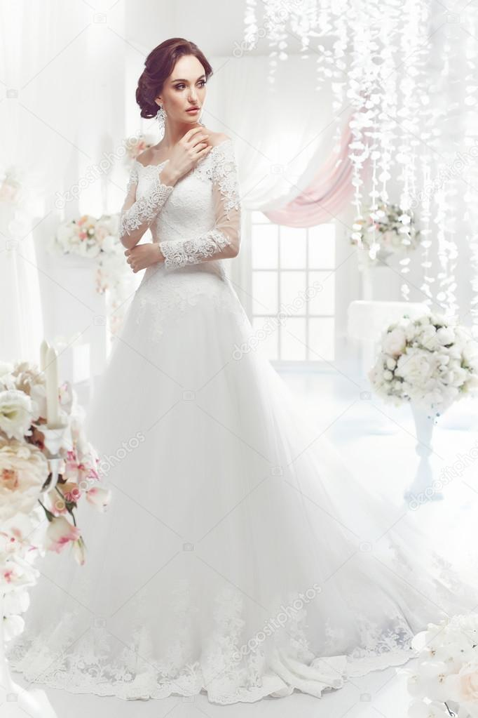 La Bella Mujer Posando En Un Vestido De Novia Foto De