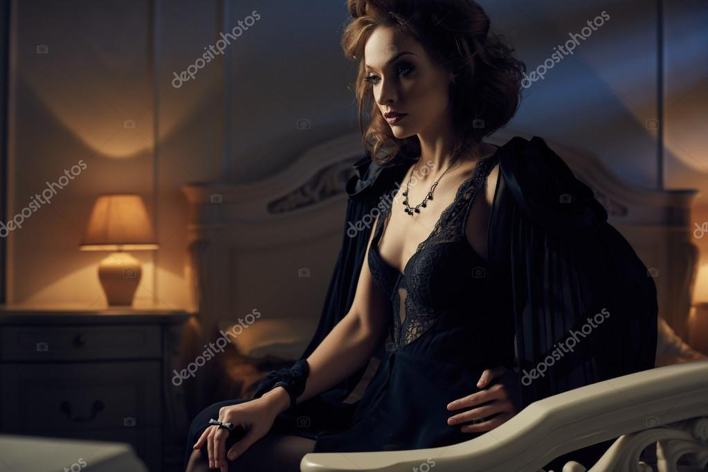 Camera Da Letto Blu Notte : Bella sexy glamour brunetta donna sdraiata nel letto in camera da