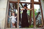 Fényképek anya és fia játszik a jó vs gonosz