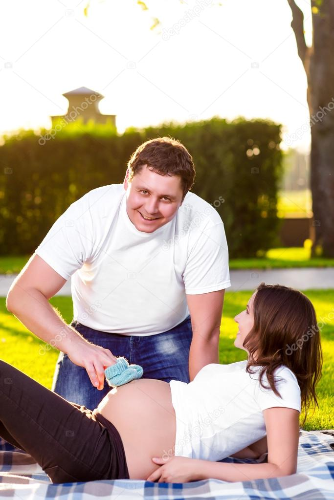 Дрочат мужьям на природе жены