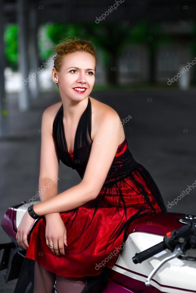Девушка в платье в зале