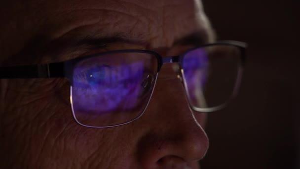 televizní obrazovka se odráží v brýlích