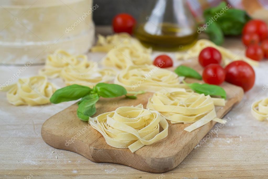 Pasta Fatta In Casa Macchina Pasta Basilico Pomodori Su Un Di