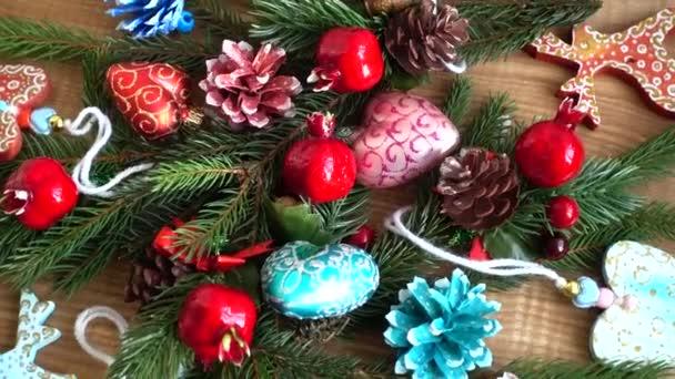 Neujahr und Weihnachten Hintergrund. Nahtlose Schleifenvideoanimation.Nette Animation von Frohe Weihnachten Schriftzug mit Weihnachtsbaum und Schneeflocken fallen. Frohe Weihnachten und Weihnachtsgeschenke Hintergrund