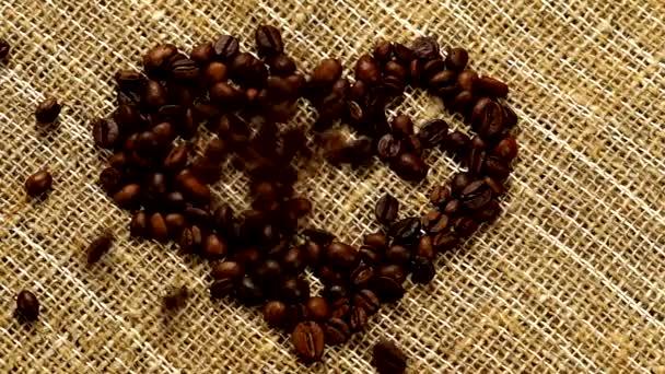 Forró kávé keverése tejszínnel. Az illatos kávébabot serpenyőben sütik, a füst kávébabból származik. Zárja be a magokat a kávé. Az illatos kávébab pörkölt. kávé eszpresszó közelkép gőz ital forró.