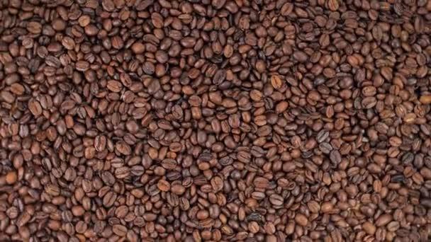 Horká káva Míchání s nalévání mléka krém. Vůně kávových zrn se pečou na pánvi, kouř z kávových zrn. Zavřete semínka kávy. Vůně kávových zrn se praží. káva espresso detailní parní nápoj horký.