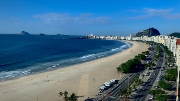 Aerial Beach Waves - Aerial top view of ocean blue waves break on a beach. Azúrvíz, homokos trópusi part. Atlanti-óceán parti naplemente. hullámok törnek a sziklákon a kék óceánban. Strand víz hullámok strand.