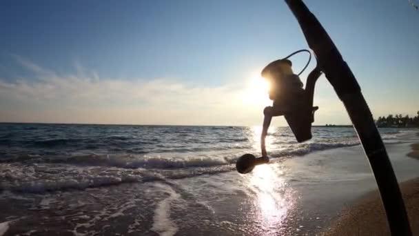 Gyönyörű trópusi turista strand vízhullámokkal | óceán hullámok tájak és sziget | Atlanti-óceán tengerparti naplementék. A nap sodródik felhők Fantasztikus természetes naplemente | zajfelvétel elmosódott.