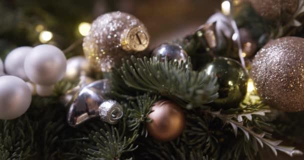 Frohe Weihnachten und Weihnachten Hintergrund. Nahtlose Schleifenvideoanimation. Nette Animation von Frohe Weihnachten Schriftzug mit Weihnachtsbaum und Schneeflocken fallen. Frohe Weihnachten und Weihnachtsgeschenke Hintergrund.