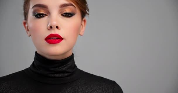 Krásná žena s jasným profesionálním make-upem. Detailní záběry sexy holky s červenou rtěnkou na rtech. Model s módním hnědým make-upem. Zpomal MOTION. BMPCC4K. 12bitové progrese.