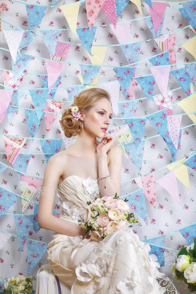 04459242fb307c Краса жінки з весільну зачіску та макіяж. Мода нареченої. Ювелірні вироби і  краси. Жінка в білому платті, досконалої шкіри, світле волосся.