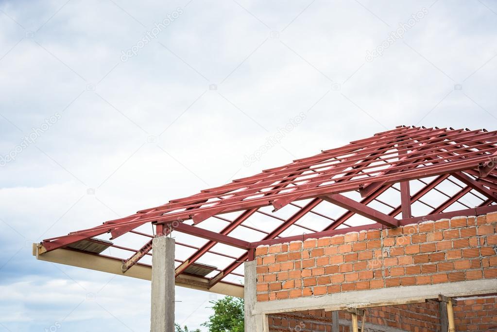 estructura metlica para techo de una casa nueva u fotos de stock