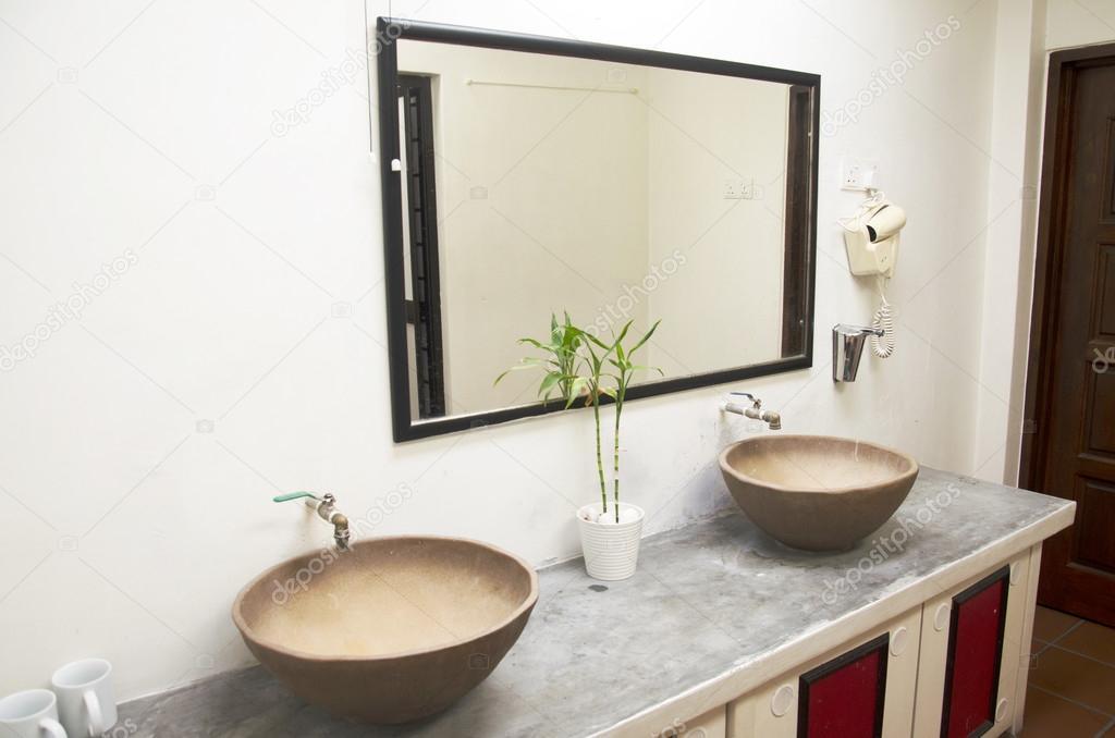 Retro badkamer en decoratie in hotel — Stockfoto © anirut #119650192