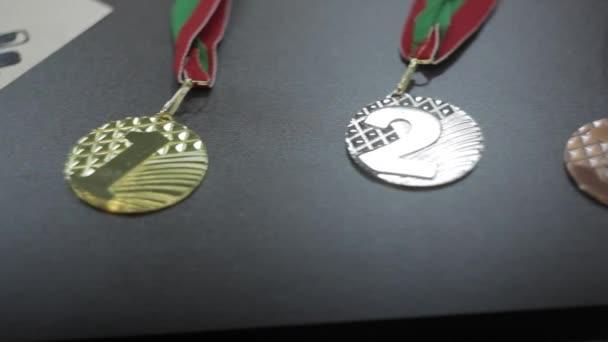 medaile na stůl