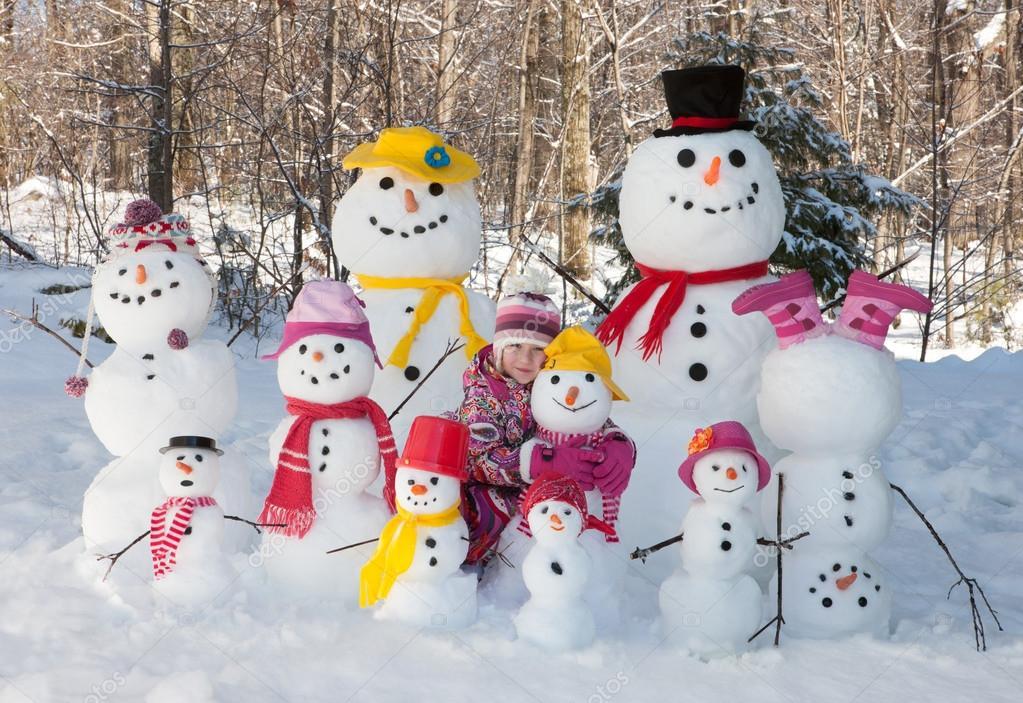 Chica Con Muñecos De Nieve