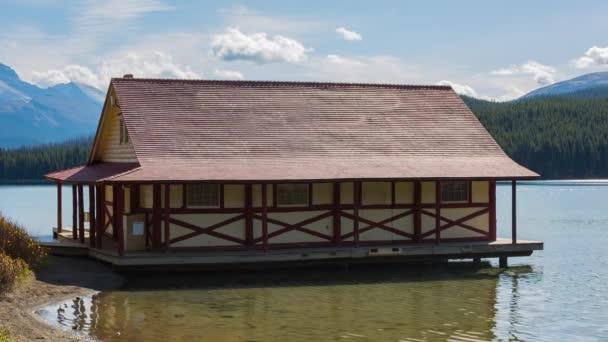 Haus auf dem Maligne-See