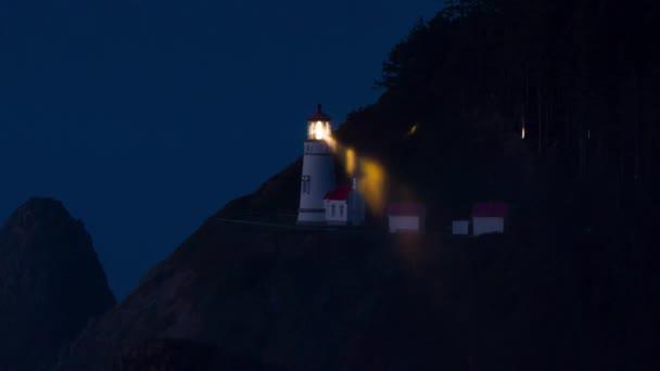 Hektischer Leuchtturm in der Dämmerung