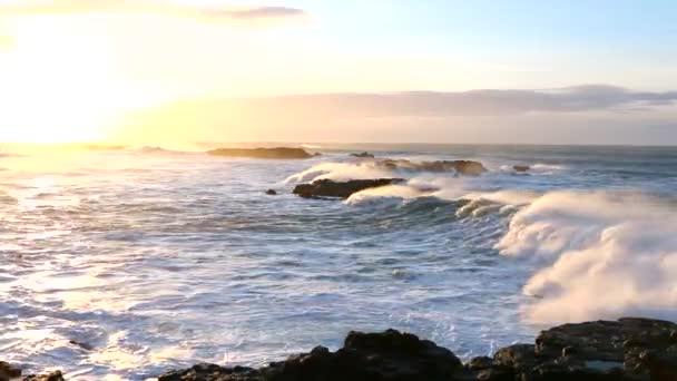 hullámok feltörése a strandon