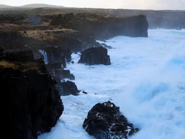 vlny zřítilo na skalách