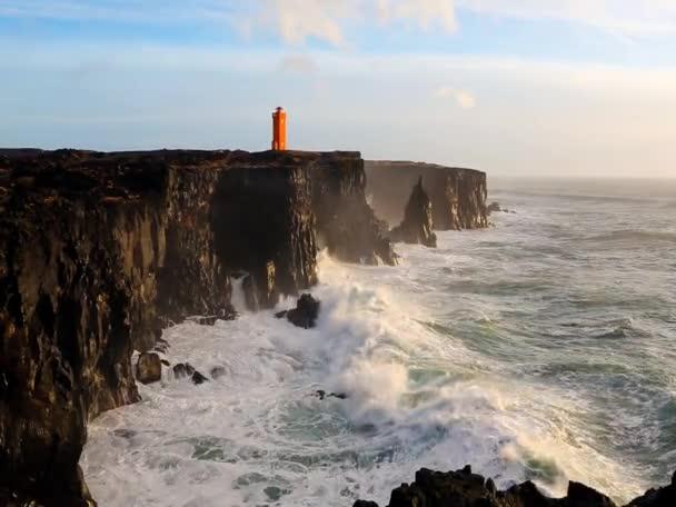 Nagy hullámok összeomlik a sziklákon