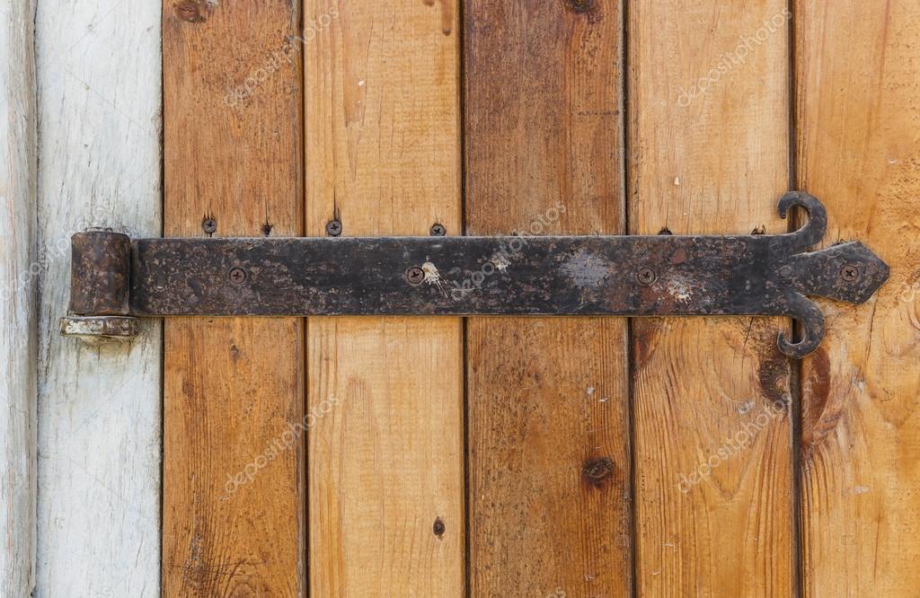 Alte Holztür mit einem alten Gusseisen-Türscharniere — Stockfoto ...